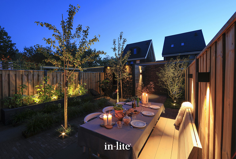 Scandinavische tuin 's avonds voorzien van kant & klaar verlichtingspakket 2